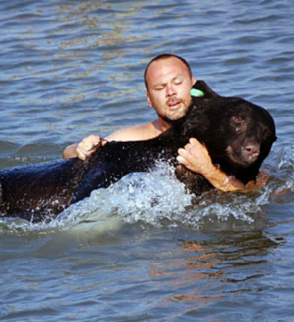 This Man did the Unthinkable to Rescue a 400-lb Black Bear! (PHOTOS)